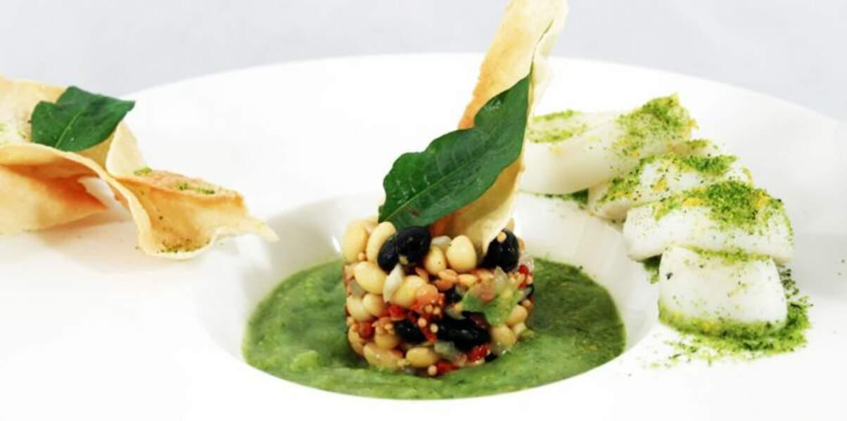 Salade de légumineuses et gaspacho de courgettes, calamars grillés et pesto sec