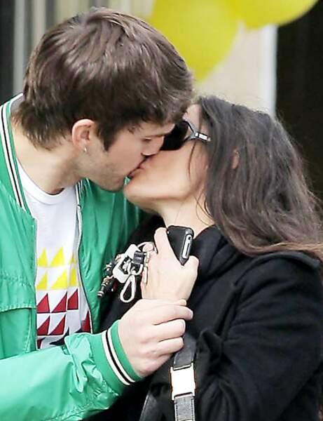 Qui embrasse fougueusement Ashton Kutcher