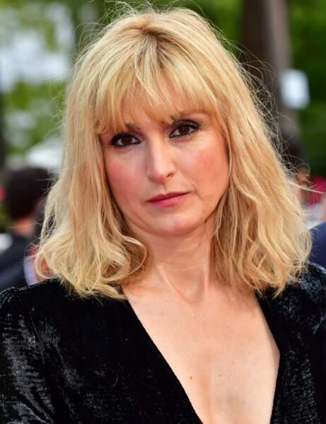 La frange blonde de Julie Gayet