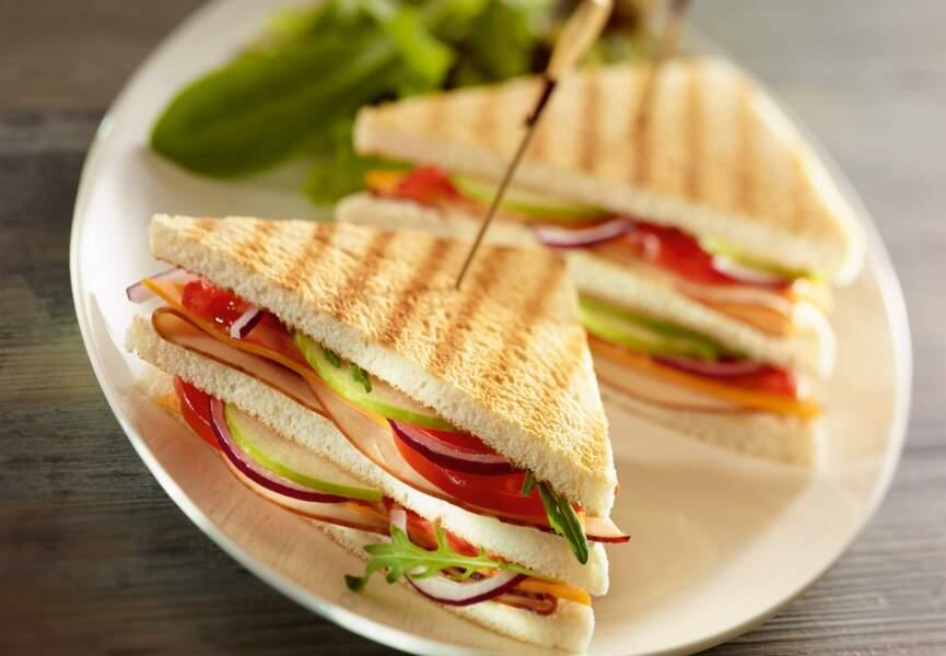 Club sandwich au poulet, tomates et fromage frais