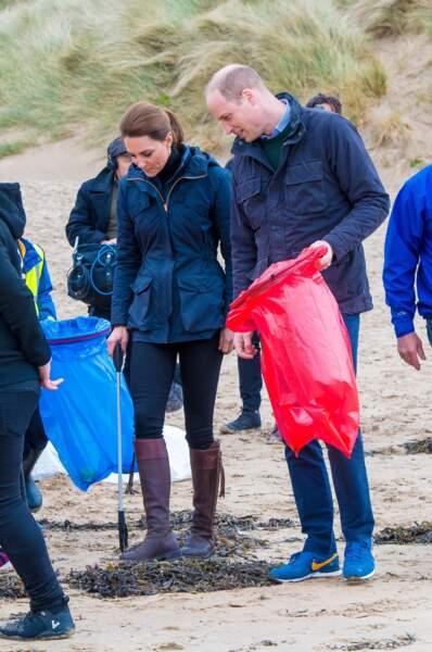 Kate Middleton et le prince William ont mis la main à la pâte pour ramasser les algues...