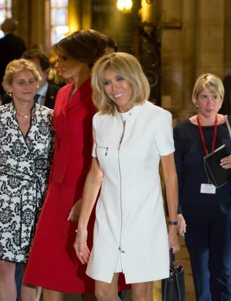 Brigitte Macron en robe blanche zippée