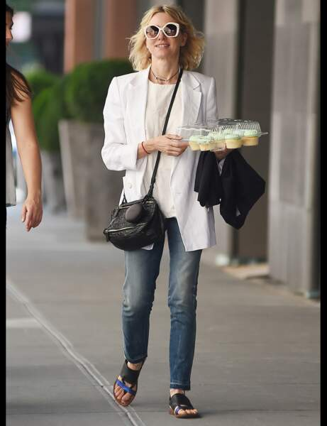 Naomi Watts et son jean droit délavé