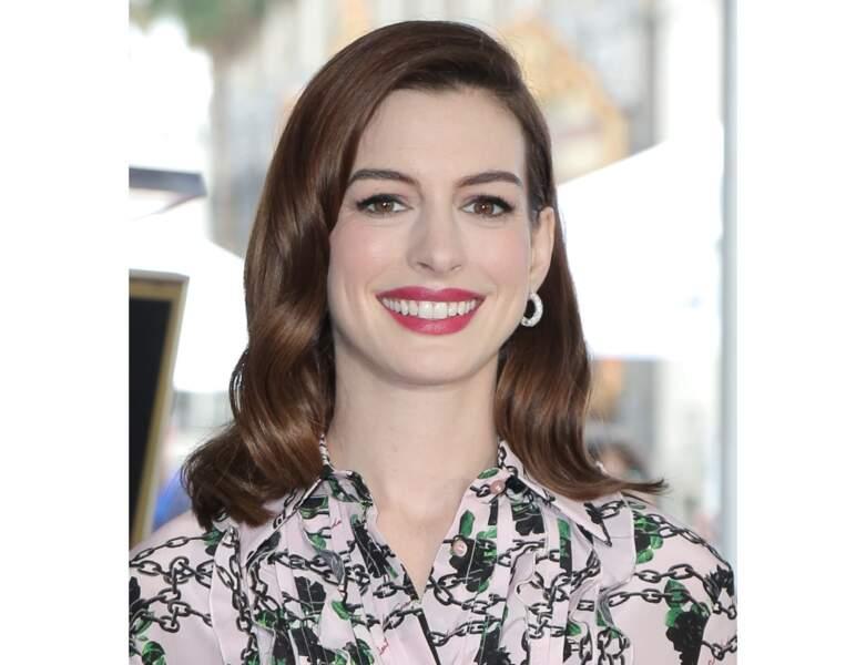 La bouche d'Anna Hathaway est mise en valeur par un rouge à lèvres brillant rose