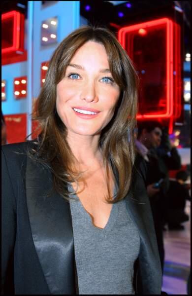 Carla Bruni sur le plateau de l'émission Vivement Dimanche