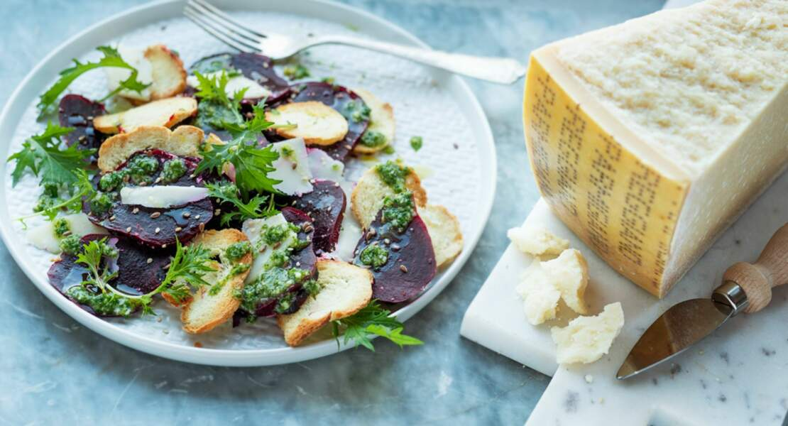 Salade de betterave rouge, parmesan et sauce aux herbes