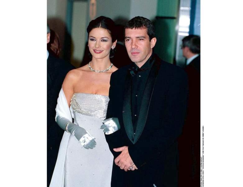 L'acteur pose avec Catherine Zeta-Jones à l'Avant-Première du Masque de Zorro en 1998