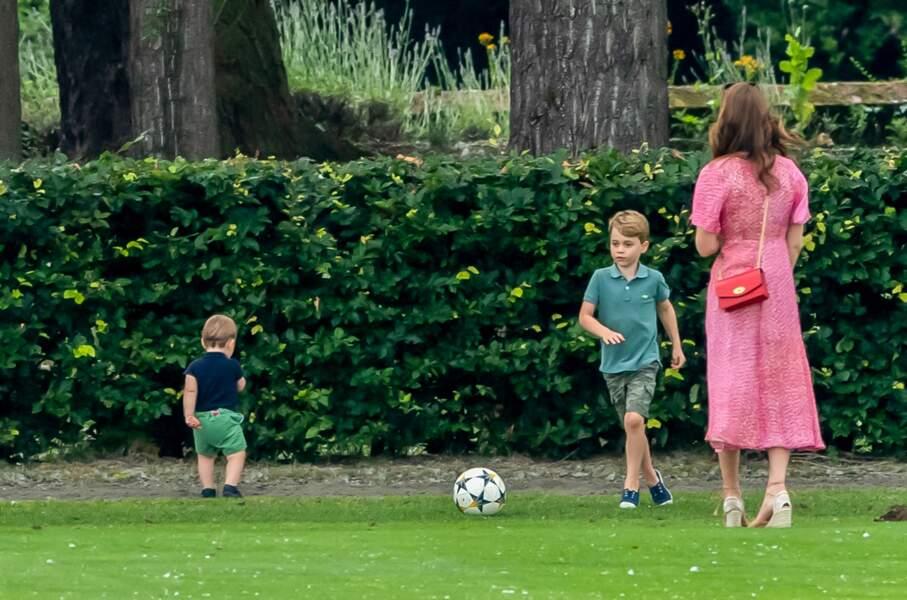 Kate Middleton a regardé ses enfants jouer au football.