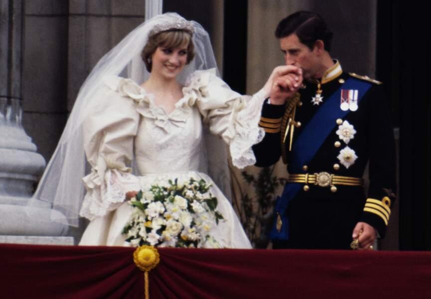 En juillet 1981 Diana Spencer épouse le prince Charles de Galles.