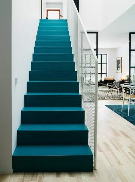 Un escalier bleu majestueux