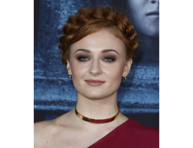 2016 : elle adopte la tresse bandeau lors de la première de la saison 6 de Game of Thrones