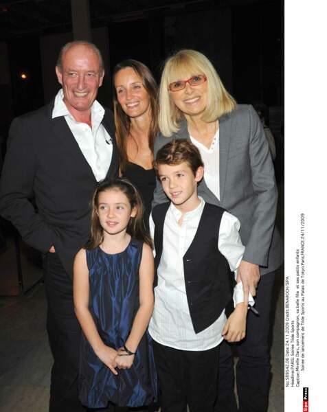 Mireille Darc, son compagnon, sa belle fille et ses petits enfants
