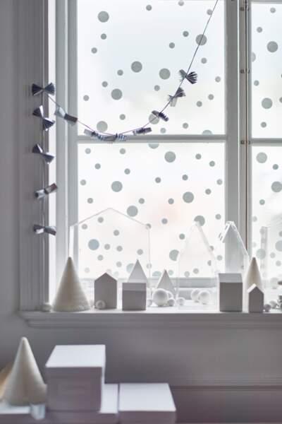 Je décore ma fenêtre avec... des gommettes