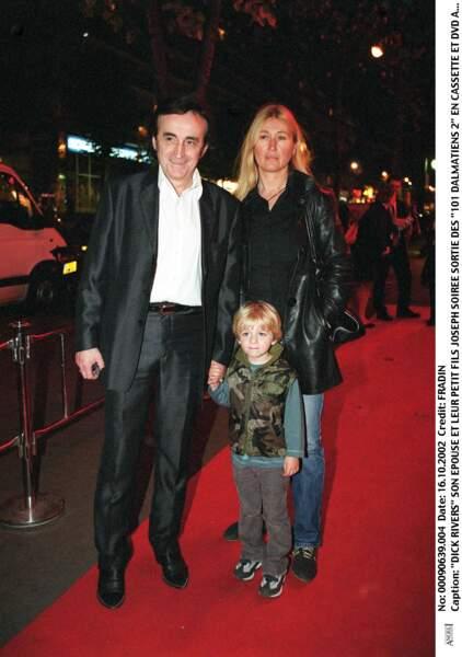 """Dick Rivers, son épouse et leur petit-fils Joseph à la soirée pour la sortie dvd des """"101 dalmatiens 2"""" en 2002."""