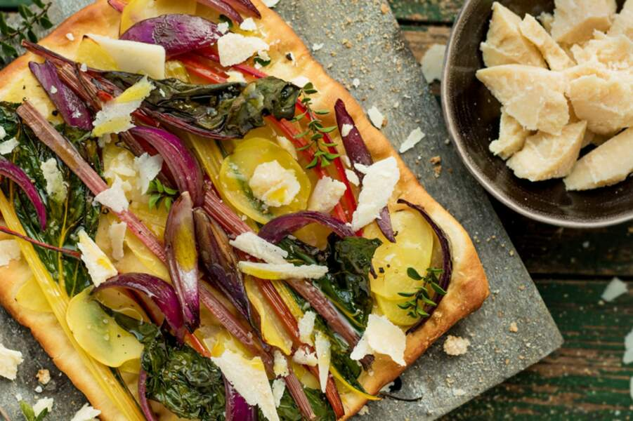 Pizza aux pommes de terre, oignons rouges, blettes et parmesan
