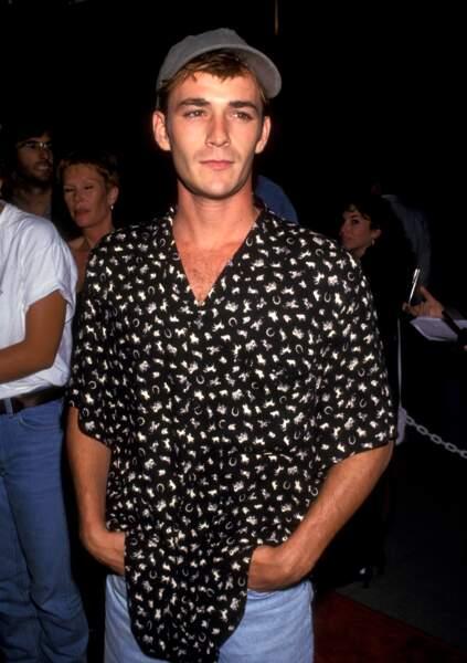 """Luke Perry à la première du film """"Les soldats de l'espérance"""" en 1993 Beverly Hills."""