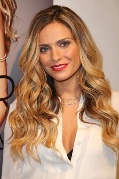 2013, on adore le look glamour avec ce wavy doré et la bouche rouge passion