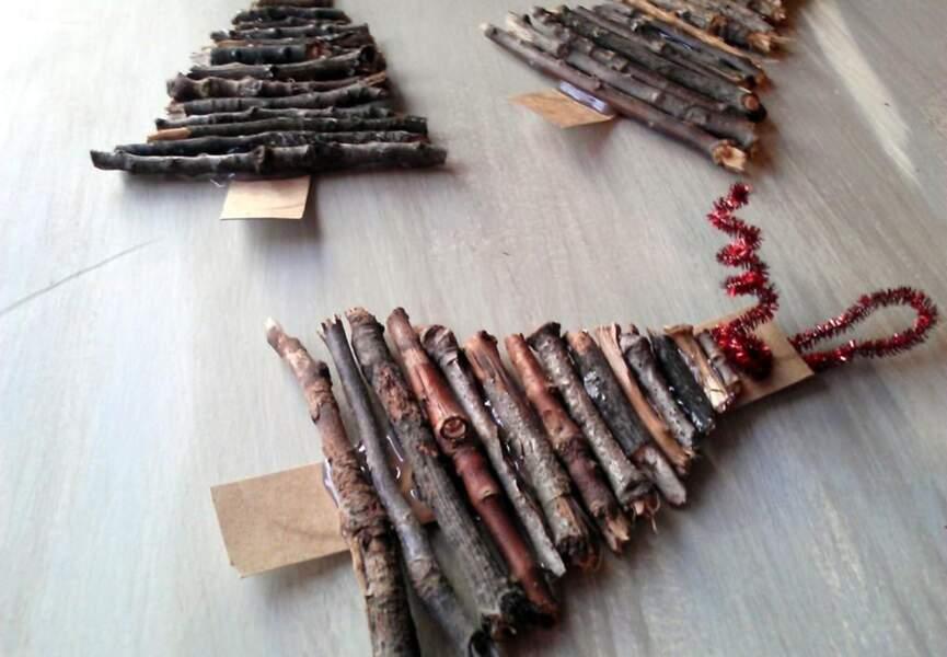 Des sapins avec des bouts de bois