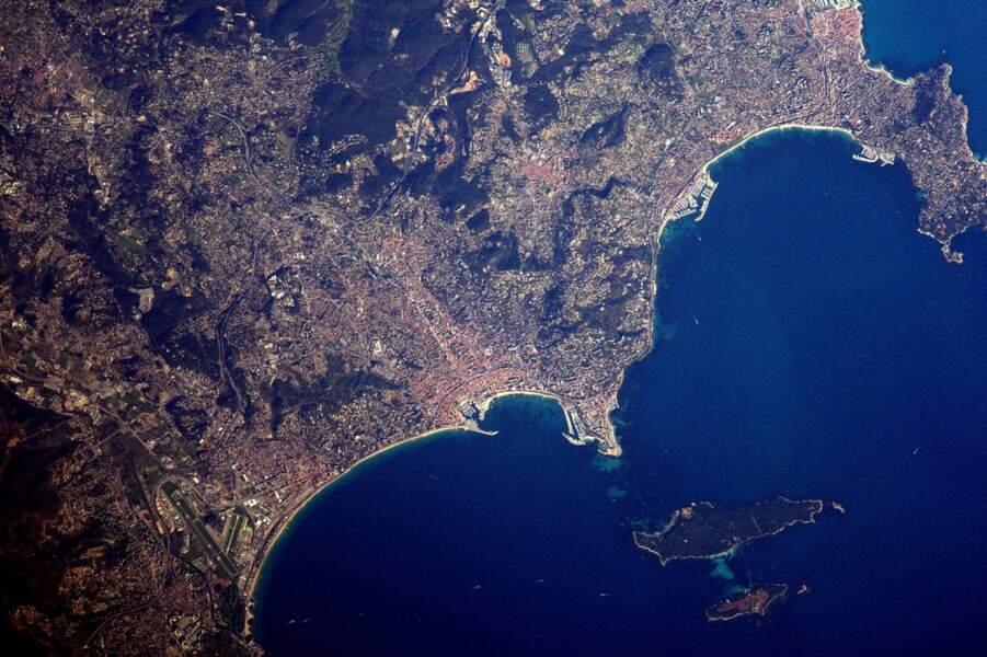 La riviera de Cannes et, au large, les îles de Lérins