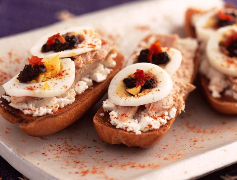 Crostinis thon, fromage, œufs