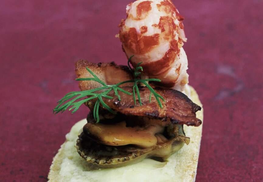 Brochettes de pétoncles, queue d'écrevisse et lard grillé