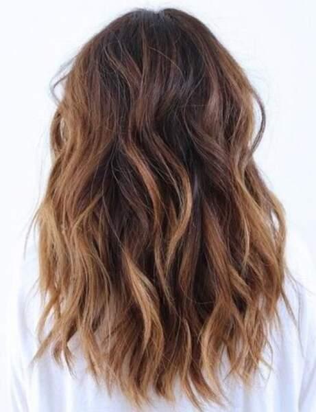Les boucles froissées sur cheveux longs