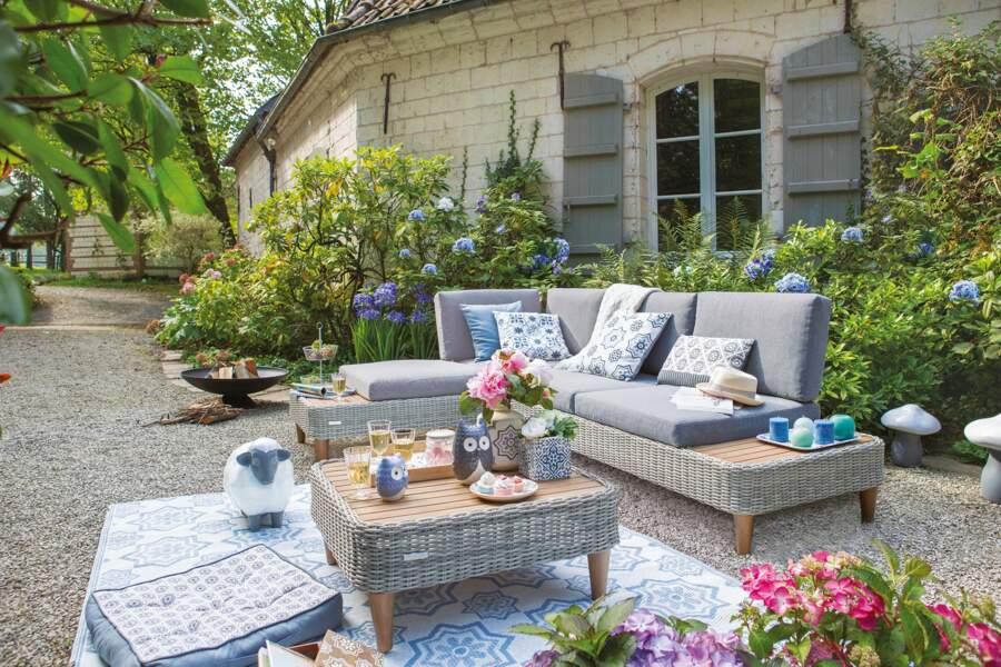 Un salon de jardin tressé