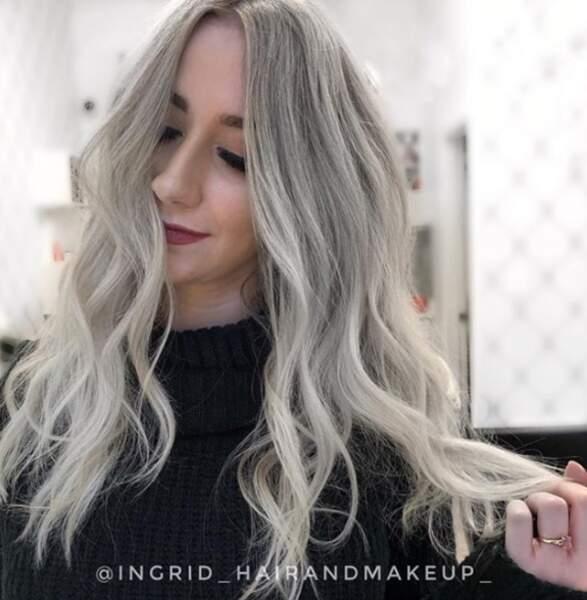 Le look gris givré idéal pour l'hiver, par la coloriste et coiffeuse Ingrid du salon Magna Hair Studio à Vancouver