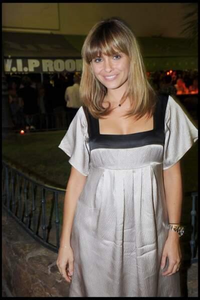 2008, telle une ingénue sans maquillage et coiffée d'un carré mi-long à frange droite