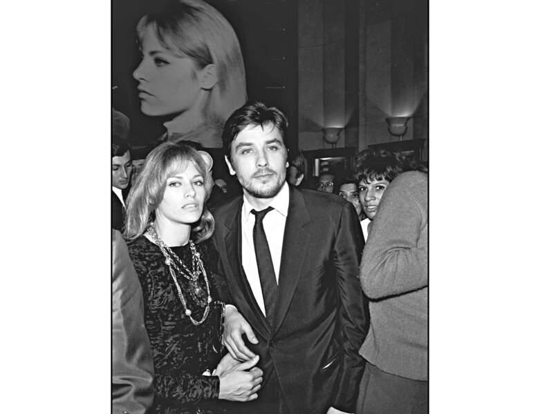 1967 : Alain Delon apparaît avec sa femme Nathalie à une avant-première