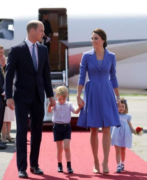 Où là, Princesse Charlotte et Kate Middleton habillées de robes bleues assorties en Allemagne.