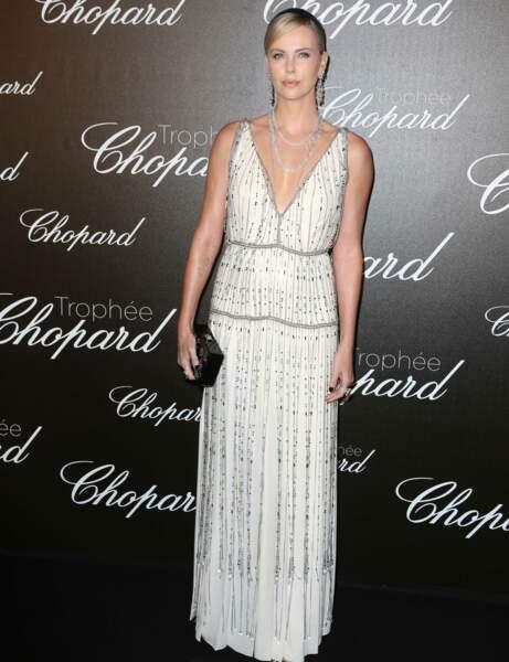 Charlize Theron en robe blanche Prada