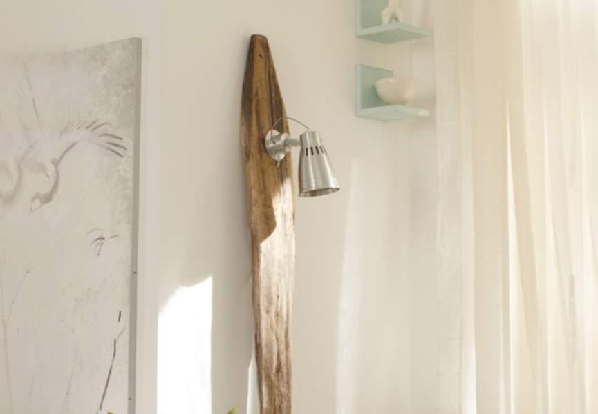 Une lampe en bois flotté