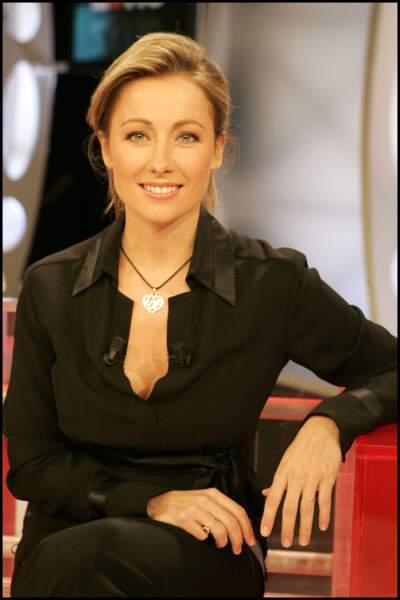 """Anne-Sophie Lapix sur le plateau de """"Zone interdite"""" sur M6 en 2005."""