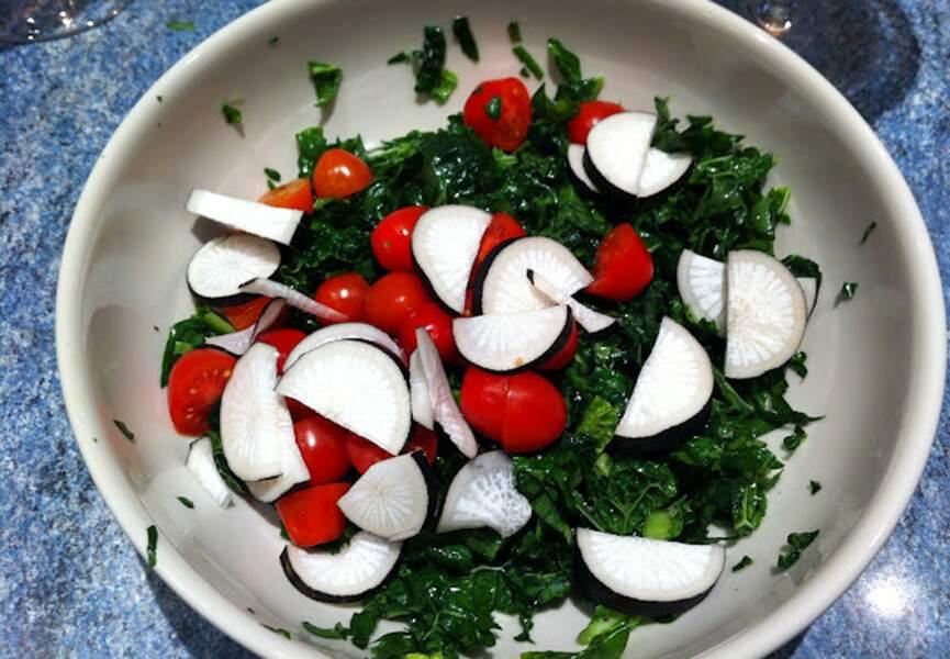 Salade de chou kale au radis noir et aux tomates cerises