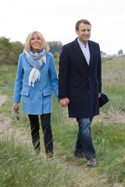 Brigitte Macron, même en manteau et écharpe elle reste chic