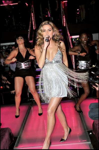 En robe argentée sur la scène du Pink Paradise à Paris
