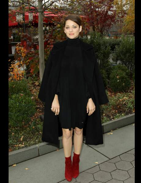 Les bottines rouge en daim de Marion Cotillard