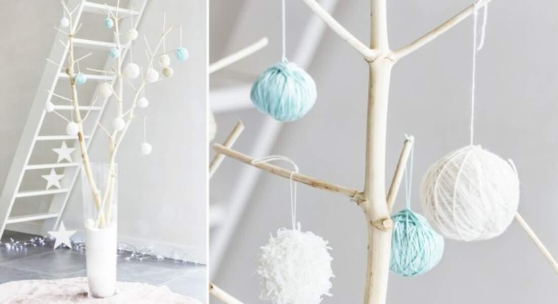 Un arbre de Noël en bois et boules de laines