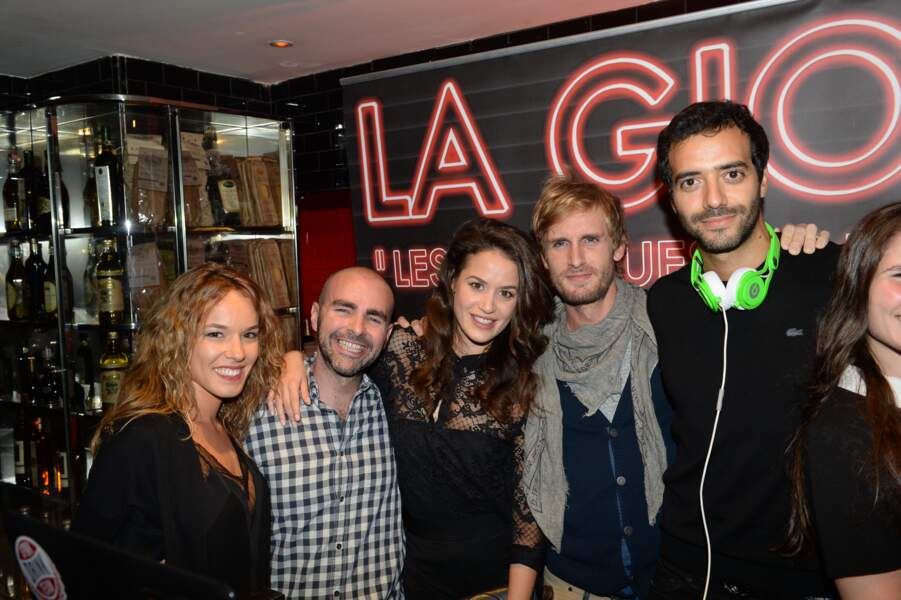 Philippe Lacheau, Elodie Fontan et leurs amis lors d'une soirée à Paris le 8 avril 2015.