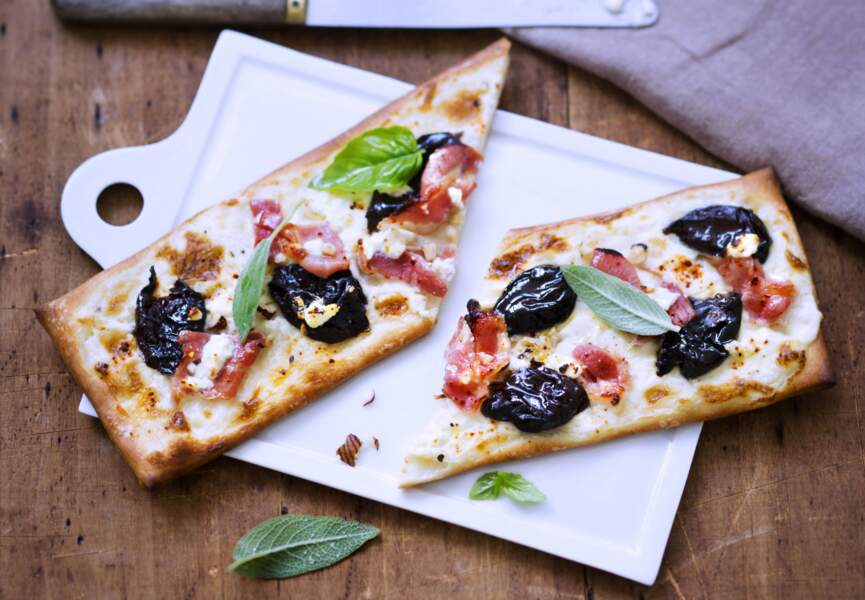 Pizza aubacon et aux pruneaux