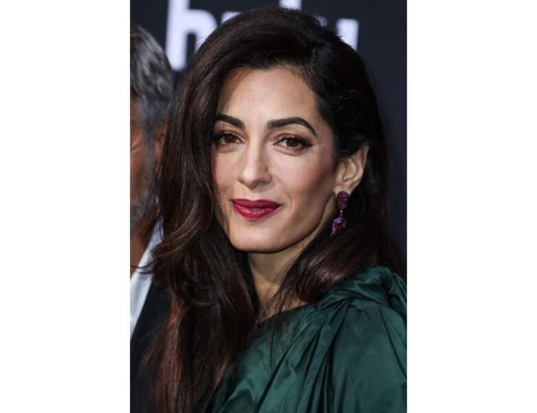 Amal Clooney et ses lèvres bordeaux brillantes
