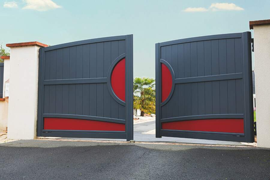 portail battant gris et rouge Komilfo