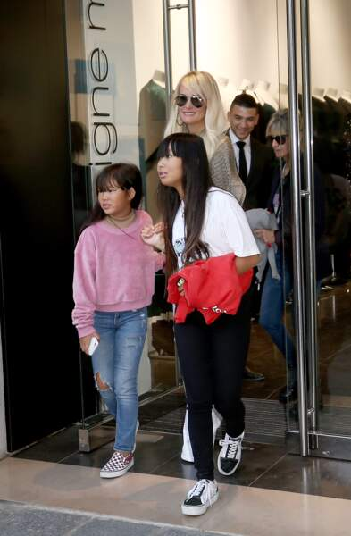Laeticia Hallyday et ses filles Jade et Joy vont faire leurs courses à boutique Montaigne Market