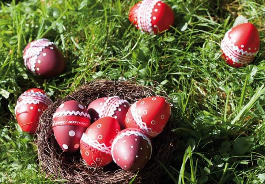 Des œufs décorés de pois et de rubans