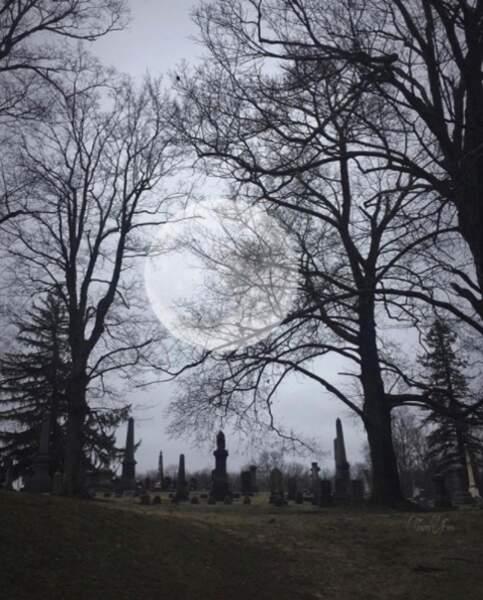 Un cimetière dans la pénombre