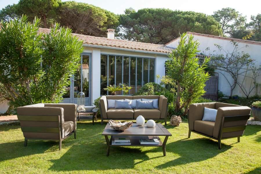 Un salon de jardin brun