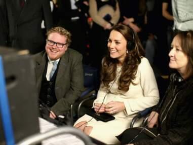 Kate Middleton, très enceinte et radieuse sur le tournage de la série Downton Abbey