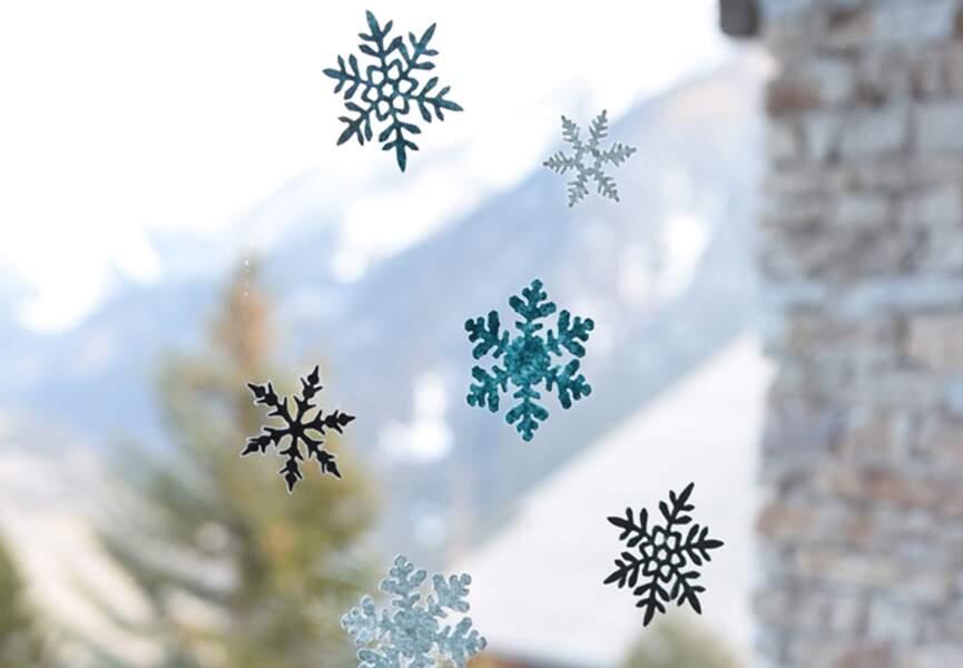 Des stickers en flocons pour décorer les fenêtres