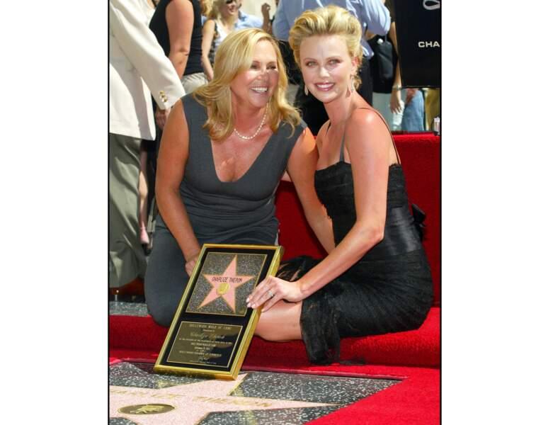La même année, elle reçoit son étoile sur le Hollywood Walk Of Fame et pose avec sa mère